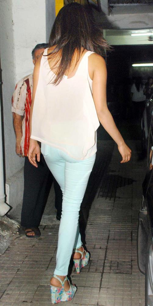 Priyanka Chopra Arrive From Delhi and Go To Watch Teri Meri Kahaani