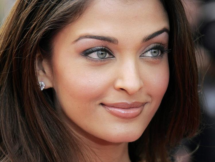 Aishwarya Rai Sexy Green Eyes Look Still