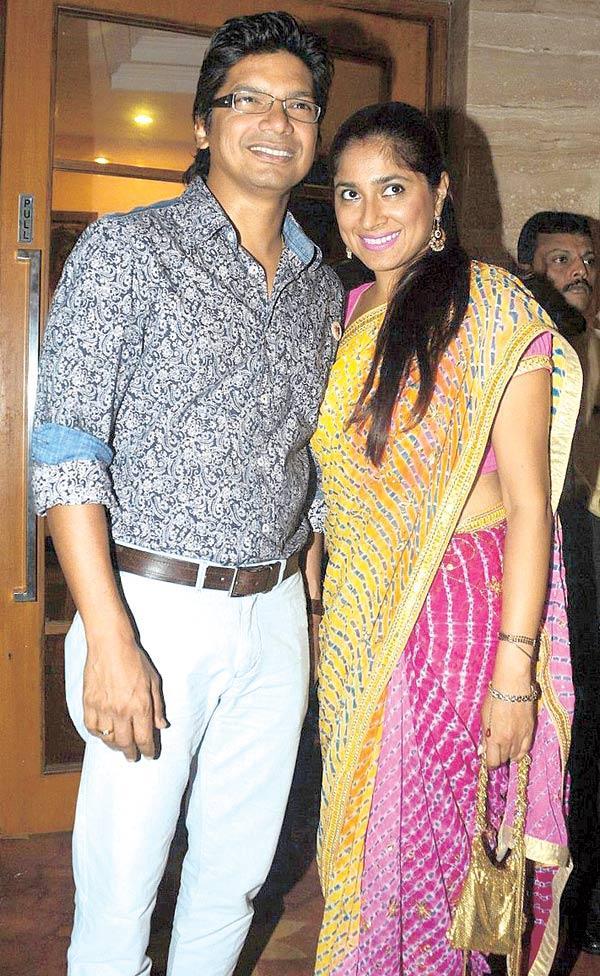 Shaan and Radhika Nice Pose During Anup Jalota's Birthday Bash