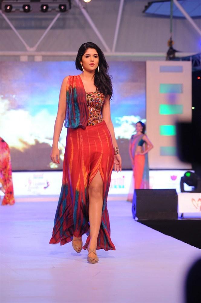Deeksha Seth Walks On South Spin Fashion Awards 2012