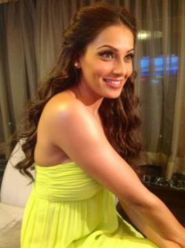 Bipasha Looked Pretty In Smile At Blenders Pride Fashion Tour
