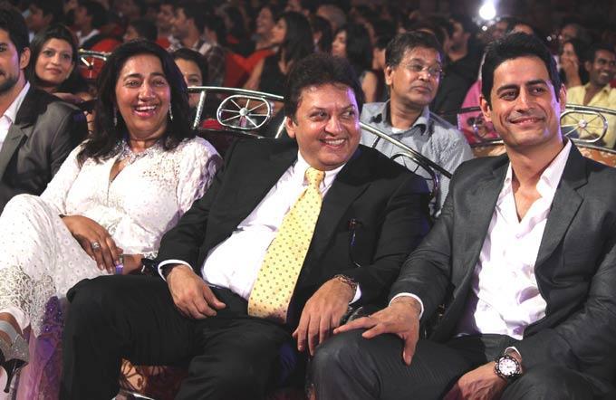 Anu And Shashi Cool Photo Clicked While Enjoying Programme