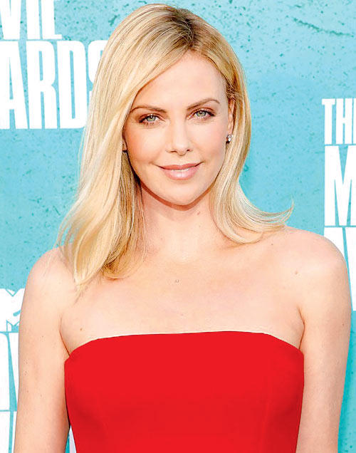 Charlize Theron Sexy And Gorgeous Look Photo