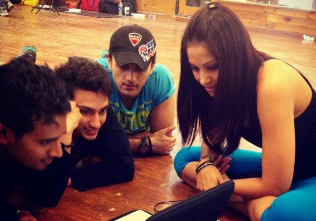Bipasha With Friends Watching Laptop In A Relax Time  At Gym During Trial Session