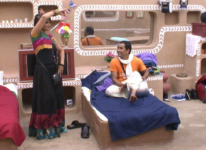 Aashka And Dinesh Nice Smiling Look On Day 46 In Bigg Boss 6