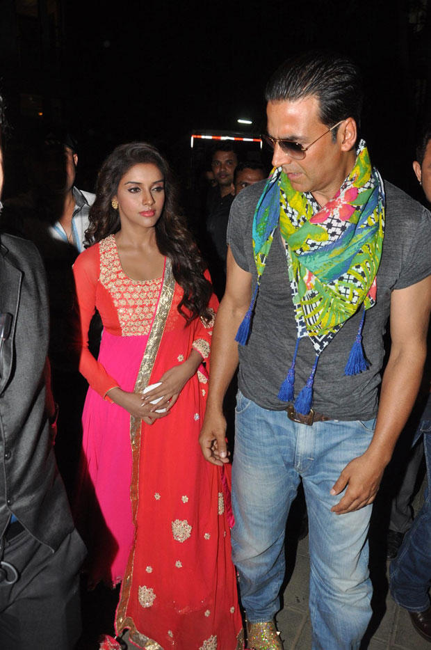 Akshay And Asin Spotted At Mithibai College To Promote Khiladi 786