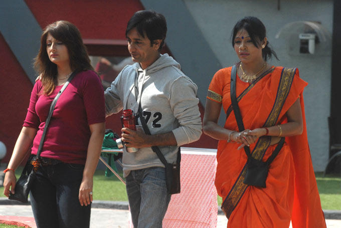 Urvashi And Rajev With Bai Photo Clicked On Day 52 In Bigg Boss 6