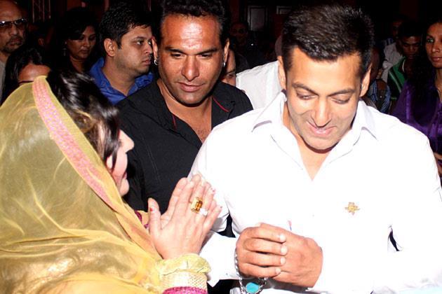 Salman Khan Cool Still At IBN 7 Super Idols Award Ceremony