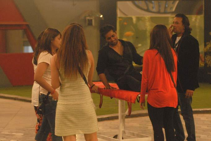 Vishal Photo Clicked On Stretcher In Bigg Boss 6 Modern House