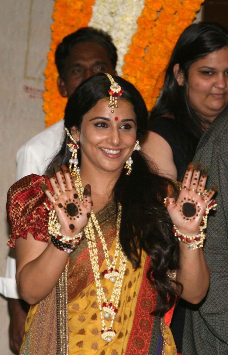 Vidya Balan Cute Smiling Snapp At Her Mehendi Ceremony
