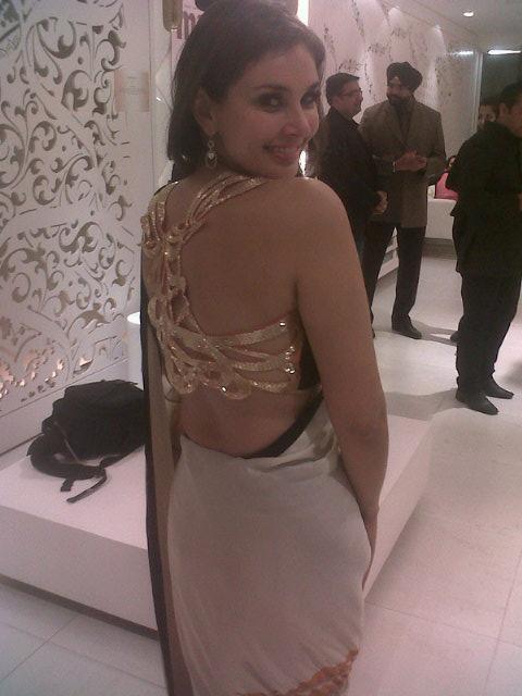 Lisa Ray Back Show Photo In Saree At The Auction Of Satya Paul Saree
