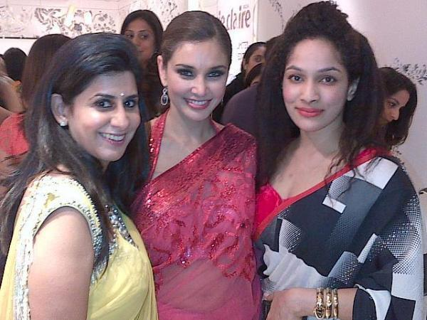 Lisa Ray With Friends Pose For Camera At The Auction Of Satya Paul Saree