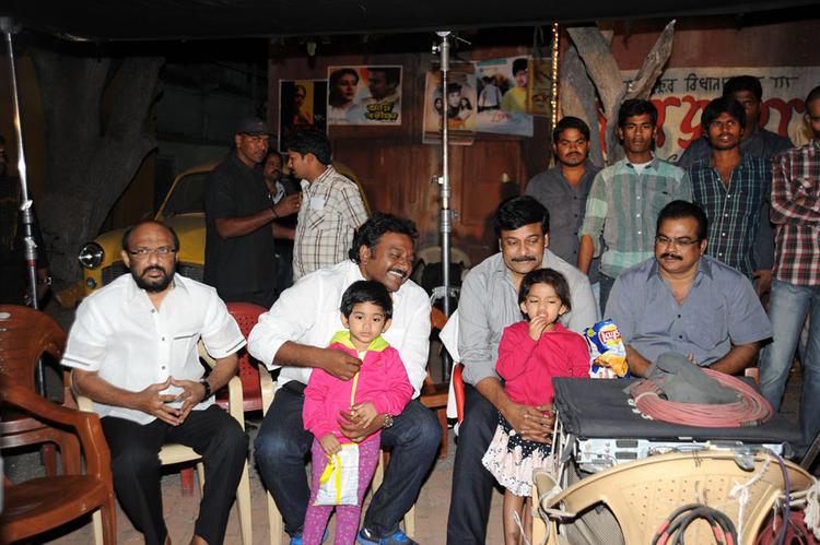 Vinayak,Chiranjeevi And Danayya Present At Naayak Movie Sets During An Item Song