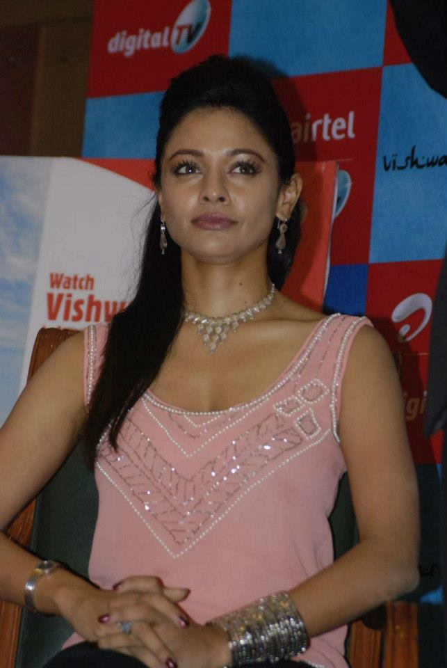 Pooja Spotted Wearing A Pink Dress At Vishwaroopam Airtel DTH Launch Event