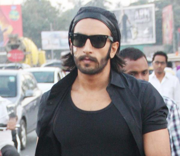 Ranveer Spotted To Pay His Tribute By Candle Light Rally To The Gang Rape Victim