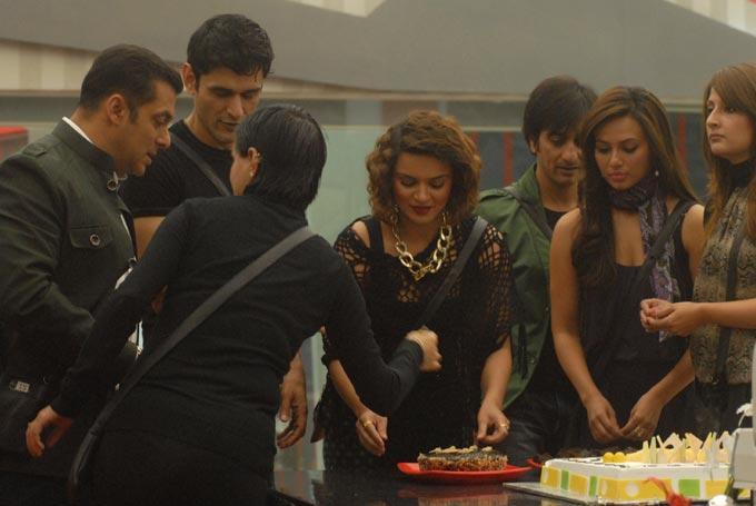 Salman With Bigg Boss Contestants Photo Clicked On His Birthday