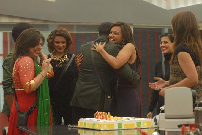 Salman With Delnaaz,Sapna,Aashka,Sana And Urvashi Birthday Celebrate Photo In Bigg Boss 6 House