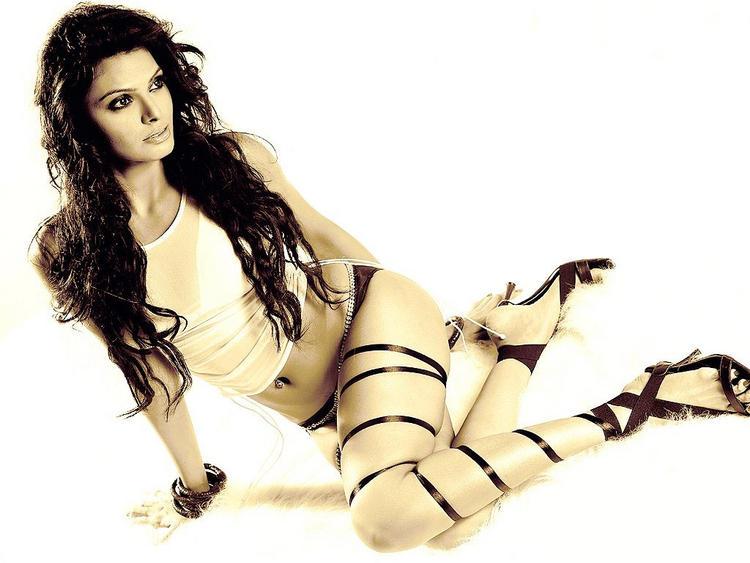 Mona Chopra Sexy Legs Pic Wallpaper