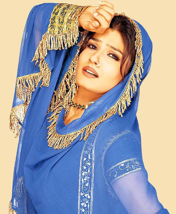 Raveena Tandon Cute Acting Wallpaper