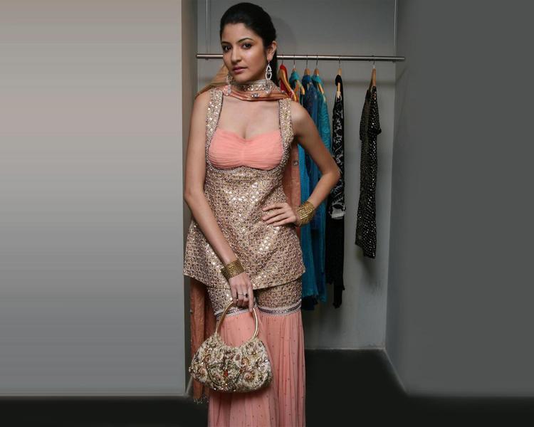 Anushka Sharma Sexy And Fresh Look Wallpaper
