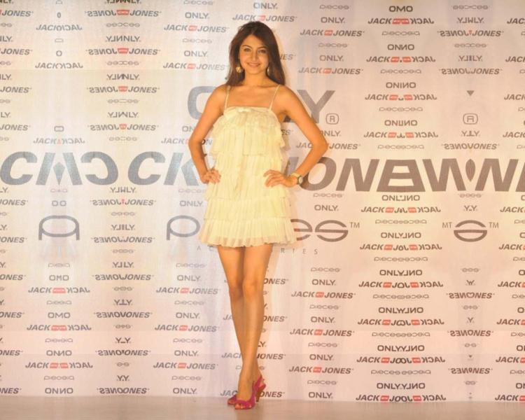 Anushka Sharma Standing Sexy Pose Wallpaper