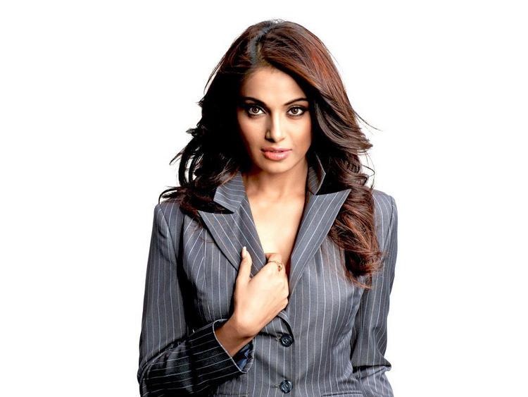 Bipasha Basu Looking Beautiful and Hot