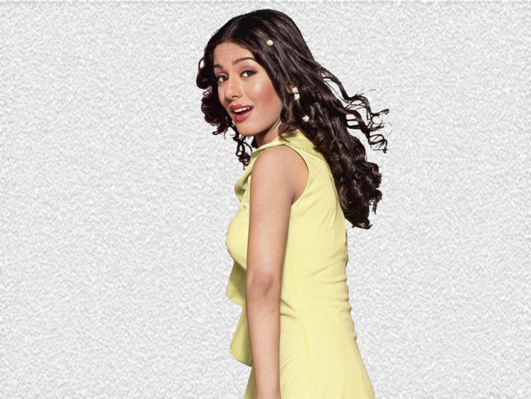 Amrita Rao Cute Attractive Look Wallpaper
