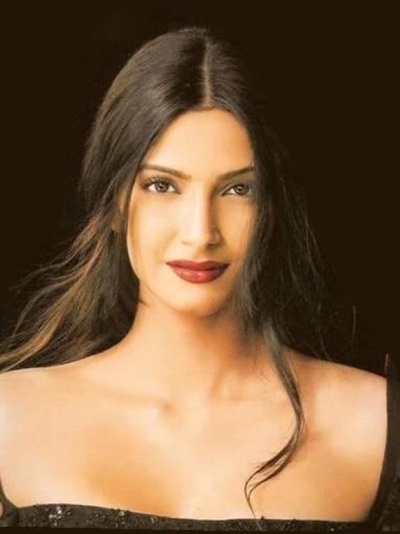 Sonam Kapoor Awesome Beauty Face Still