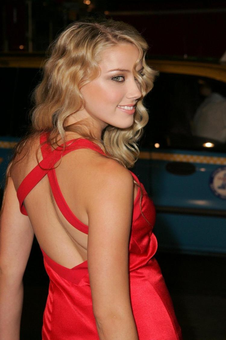 Amber Heard Hot Bare Back Show Pics