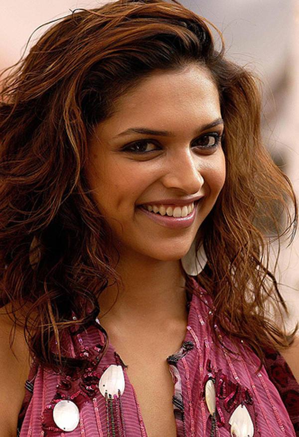 Deepika Padukone Cute Smile Shows Sexy Dimple
