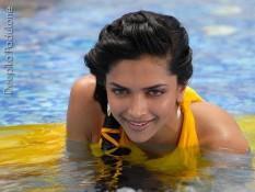 Deepika Padukone Sexy Pic In Water