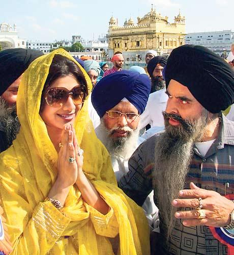 Shilpa Shetty Paying Her Respect At Holiest Sikh Shrine Of Golden Temple