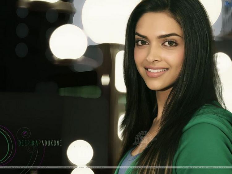 Smiling Beauty Deepika Padukone Pic