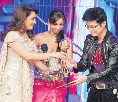 Madhuri Dixit and Malaika Handed Over The Trophy To Meiyang Chang
