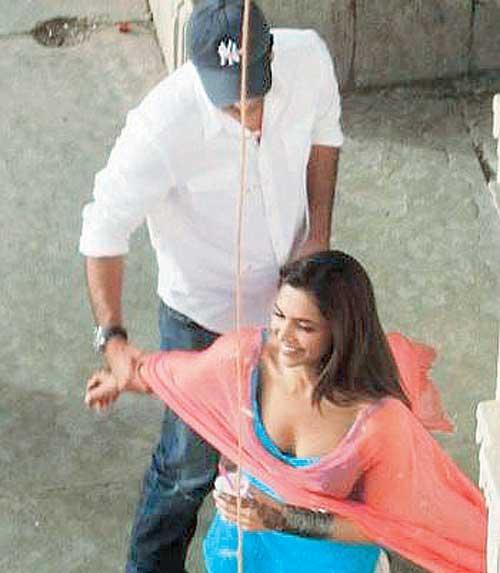 Ranbir And Deepika Cute Smiling Photo Clicked On The Sets Of Movie Yeh Jawani Hai Deewani