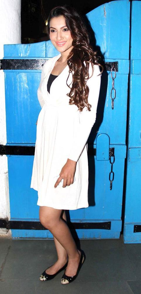 Gauahar Khan Sexy Smiling Pose For Camera At Dabboo Ratnanis Calendar Launch