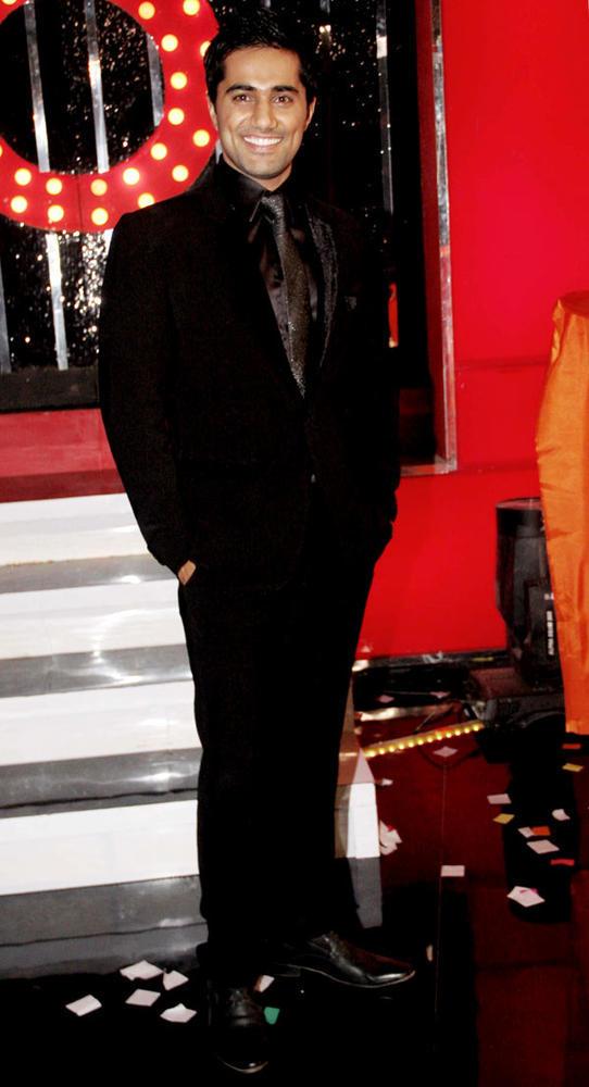 Vishal Cute Smiling Pose In A Suit At Bigg Boss 6 Grand Finale