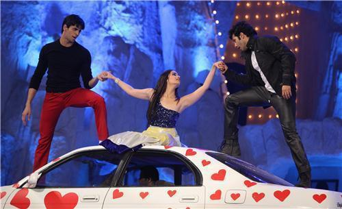 Siddharth,Alia And Varun On Car Perform A Song At 19th Colors Screen Award Ceremony