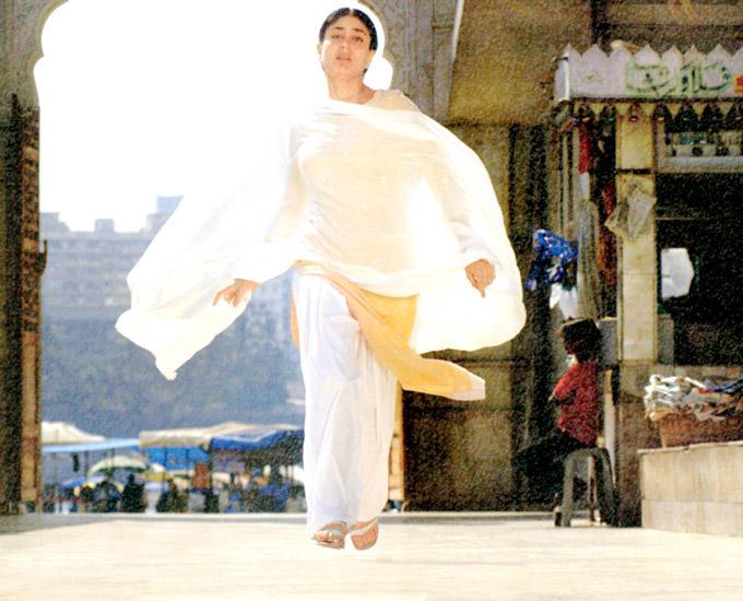Kareena Simple Look Photo In Chudidar At The Haji Ali Dargah