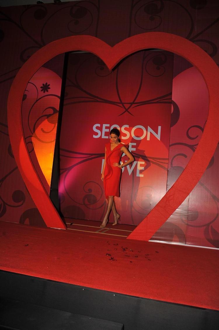 Anushka Sharma Entry Pose At The Launch Of Season Of Love Range By Gitanjali Jewels