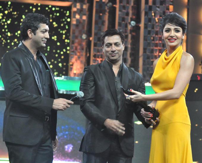Anushka  Take The Award From Madhur And Kunal At Filmfare Awards Function