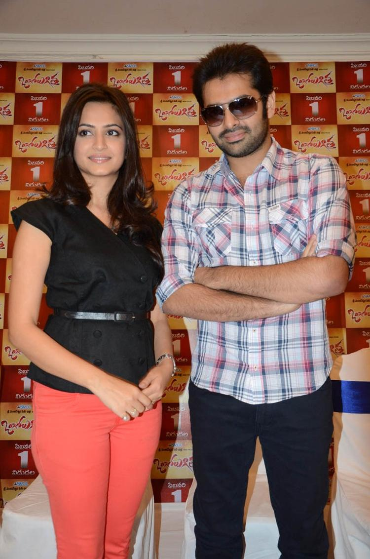 Ram And Kriti Posed For Camera During The Ongole Gitta Movie Press Meet