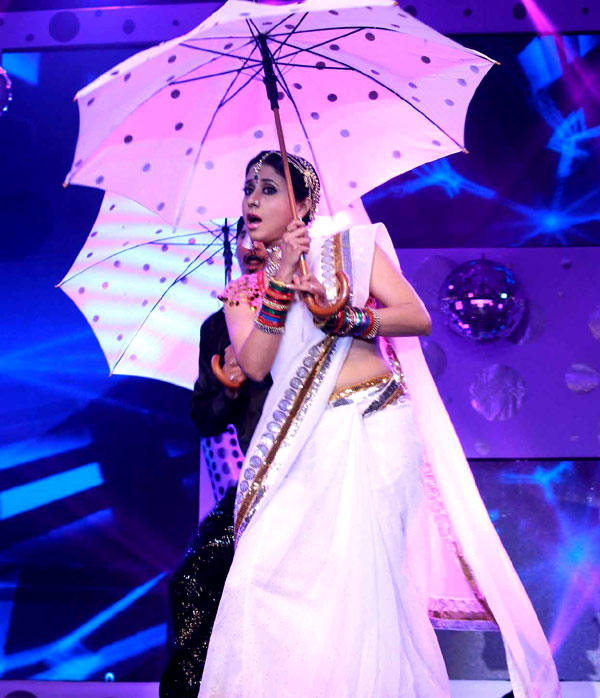 Urmila Performs In A Song At Great Women Achievers Awards 2013