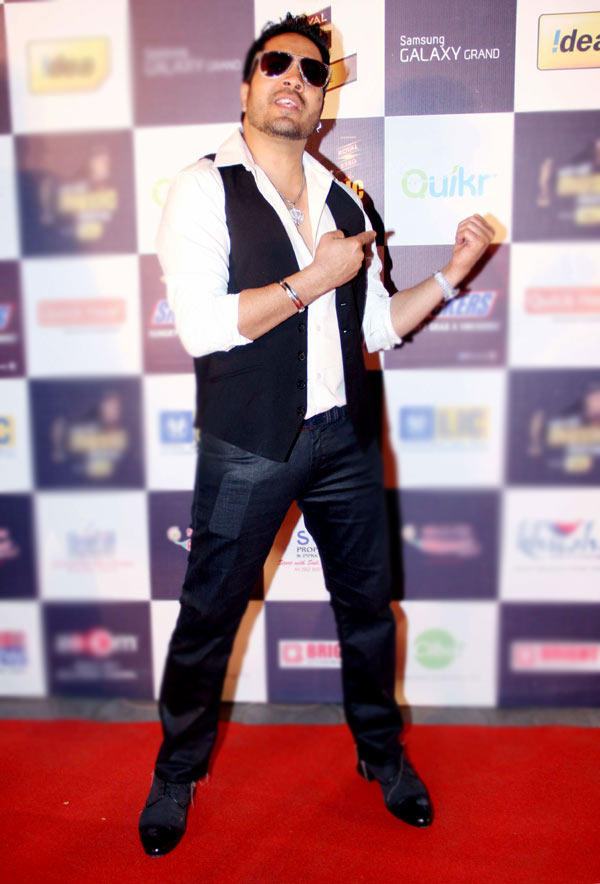 Mika Singh Rocking Pose At Radio Mirchi Music Awards Red Carpet 2013