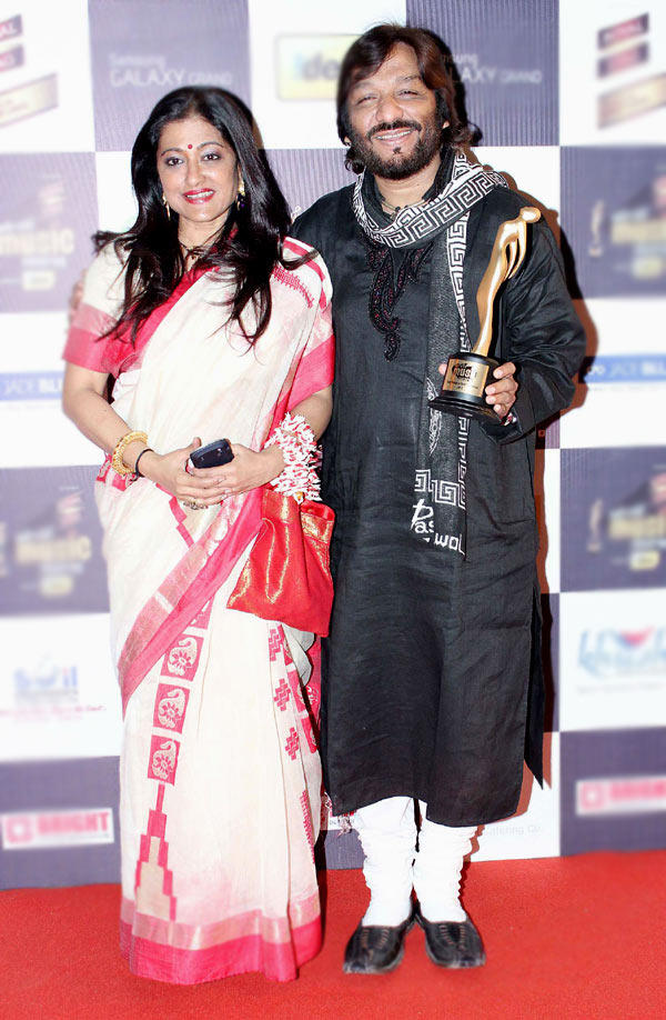 Roop And Wife Sunali Posed With Awards At Radio Mirchi Music Awards Red Carpet 2013