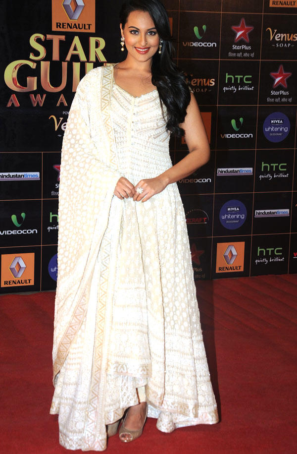 Sonakshi Sinha Clicked In Red Carpet At 8th Renault Star Guild Awards 2013