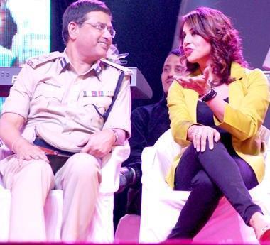 Bipasha And Commissioner Rakesh Chatting Photo Clicked At Surat Night Half Marathon