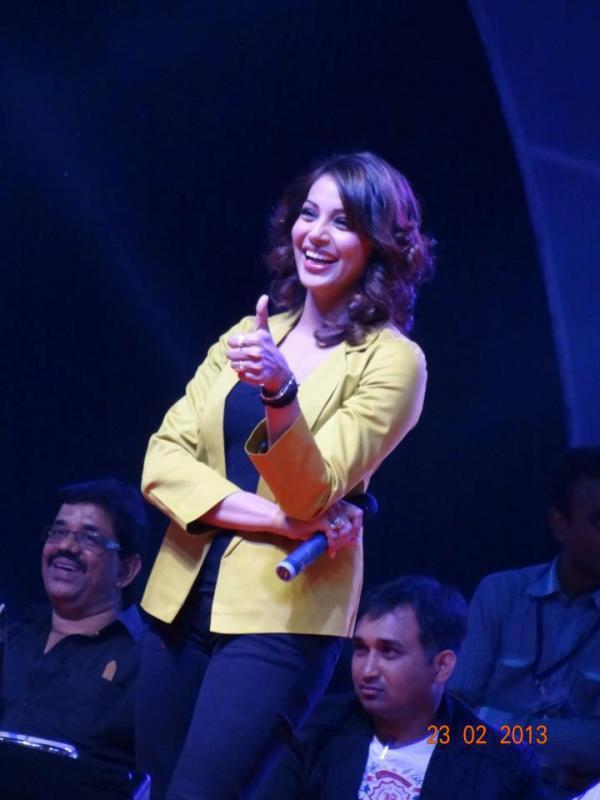 Bipasha Basu Smiling Thums UP Photo Clicked At Surat Night Half Marathon