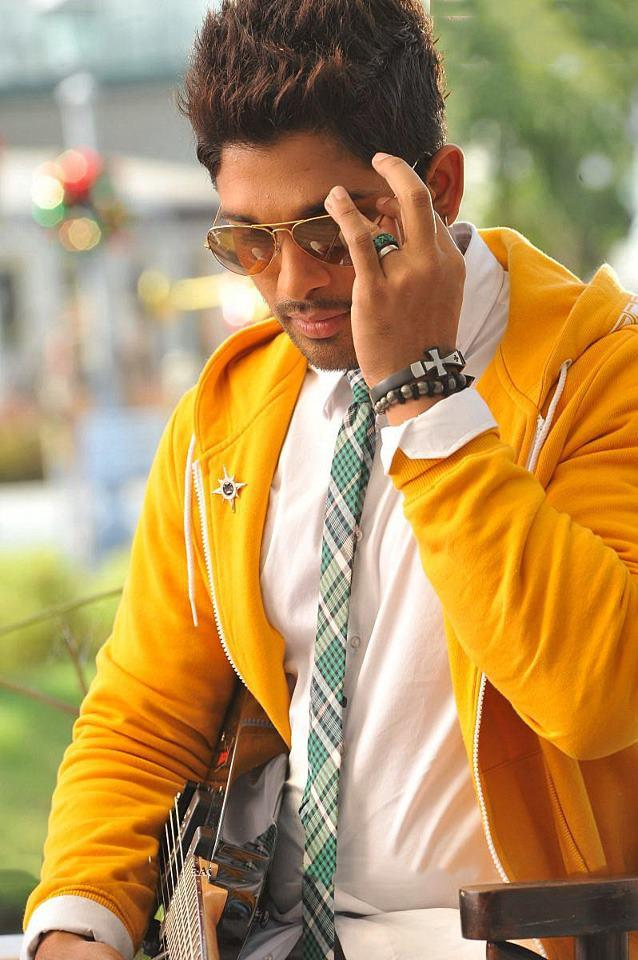 Allu Arjun Dashing Look Photo Still From Movie Iddarammayilatho