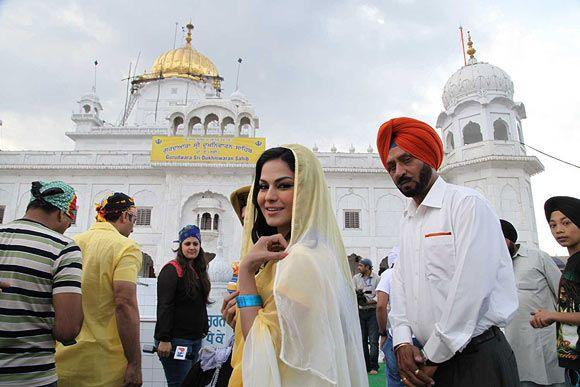 Veena Malik Cute Smiling Photo Clicked At Gurudwara